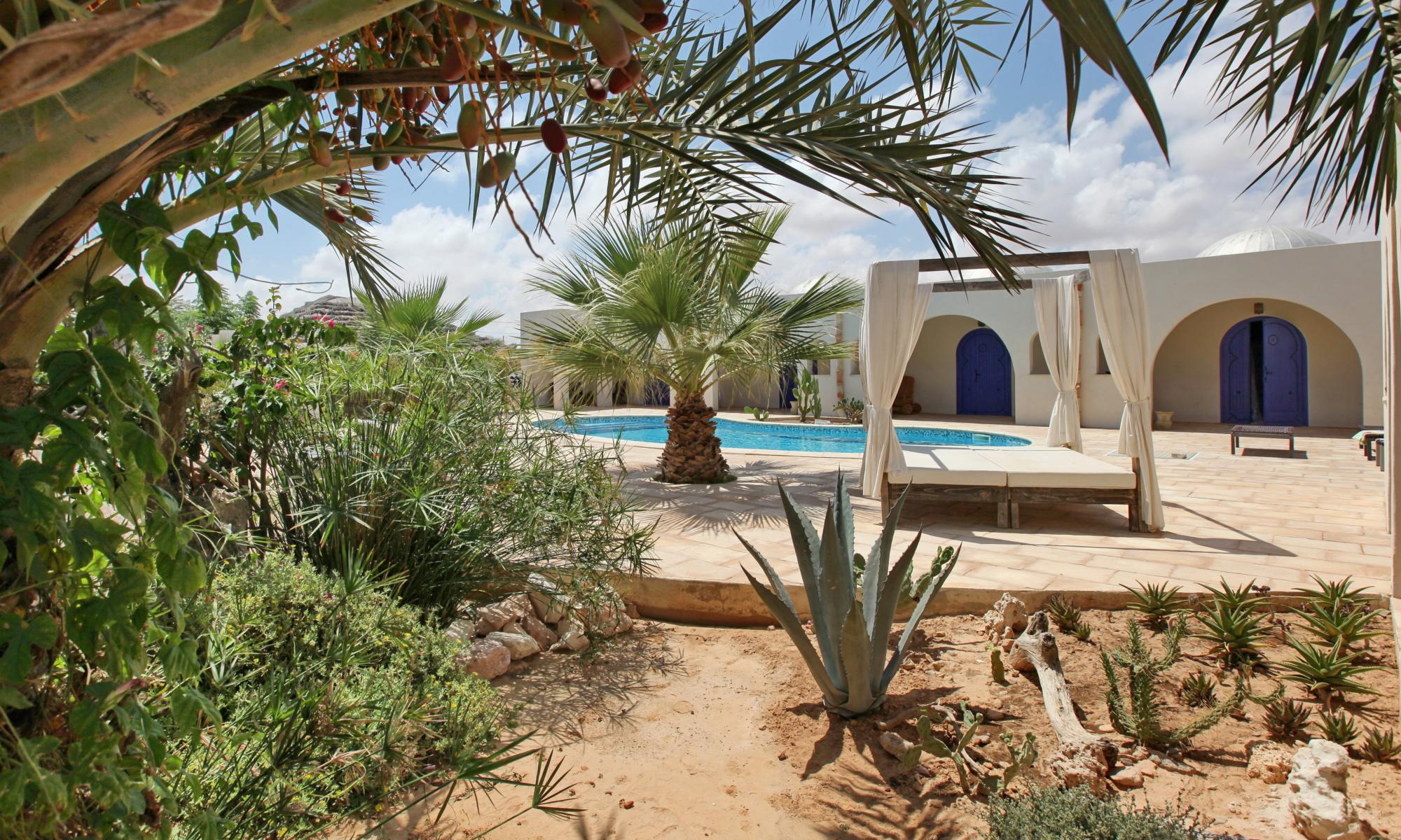 séjourner à Dar Nesma : Le jardin et la piscine.